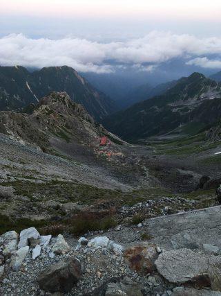 【殺生ヒュッテ】山頂では西岳方面など360度が見渡せる。