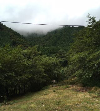 【蓬莱山見えず】スタートの「舗装道路が切れたところにある」広場、奥にある看板にしたがって左の「沢(砂防ダム)」を渡ると登山口にたどり着く?