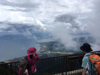 【瞬間的に開かれる景色】良く見ると対岸の山々までが見渡せる!!
