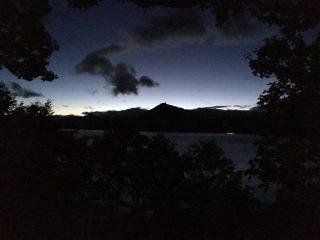 【幻想的な夕暮れ】支笏湖畔には素晴らしい色が溢れている……期待させるが…