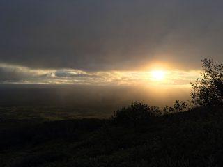 【夜明け】雲も切れたり切れなかったりしていたのですが山頂では最悪の天候に。