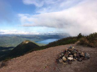 【932峰】標高932mの中間峰、ここからだと支笏湖はどうしても風不死岳に遮られます…。