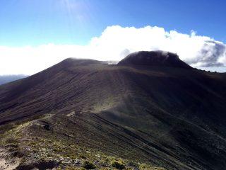 【932峰側からの樽前山】なんとか晴れてきました。