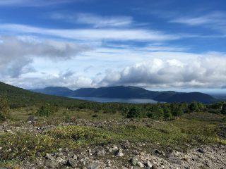 【樽前山下山中】支笏湖を望む、コレでも半分しか見えていない(写真の右端の山が樽前山じゃないかな)なかなか、スッキリいってくれない週末でした‼︎ 残念‼︎