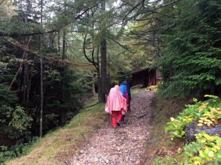 【登山口】本沢温泉から少し歩くと存在する小屋の手前を右に進むと登山口に進む。