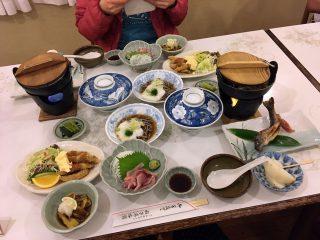 【稲子湯】優れた食事、地酒も出ていい感じの「もてなし」です(量は多い)。